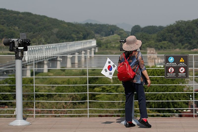 SOUTH KOREA. A visitor carrying a South Korean flag uses binoculars to view the northern side at the Imjingak Pavilion in Paju, South Korea, Tuesday, June 9, 2020. (AP)