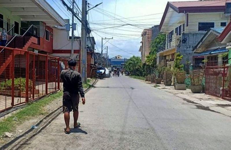 CAGAYAN DE ORO. Cagayan de Oro City Government places Dabatian Street in Barangay Carmen on lockdown following the death of a 34-year-old female resident due to coronavirus disease. (Lynde Salgados)