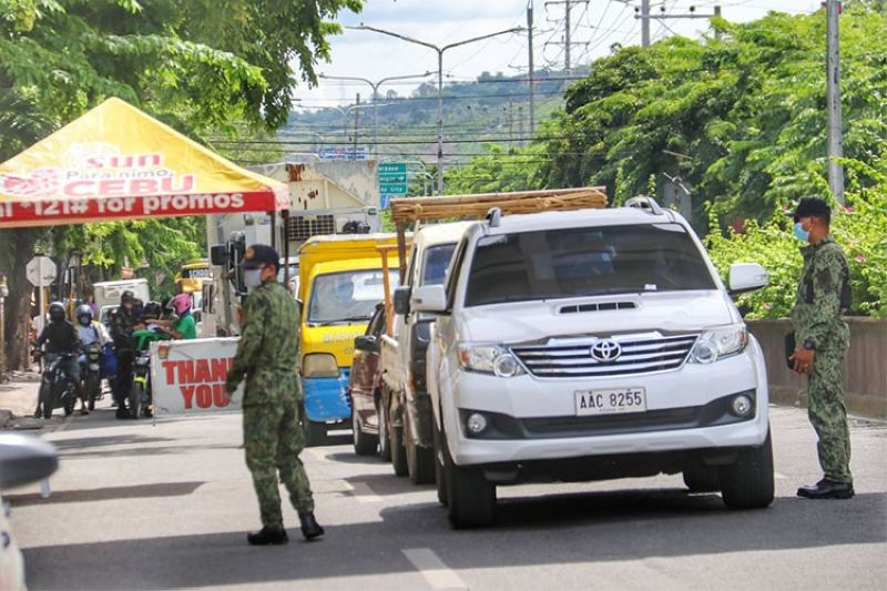 CEBU. Police man a checkpoint in Barangay Mambaling, Cebu City. Traffic was noted in the area Wednesday, June 24, due to strict border control. (Amper Campaña)