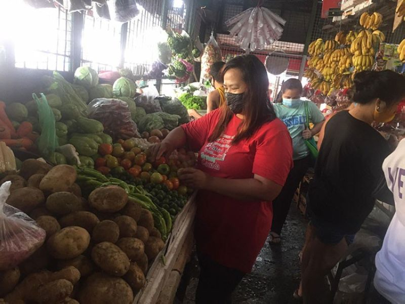 ONLINE PALENGKE: Jan Paula Fabro buys essential goods for her online store's customers. (Photo courtesy of iPalengke)