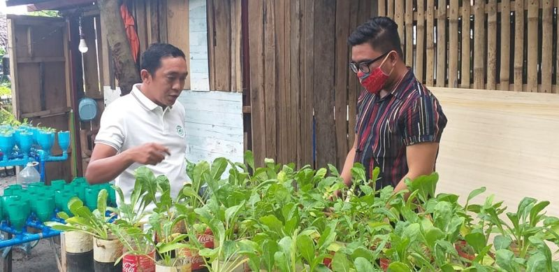 Urban farming advocate Ian Fred Solas (left) with this writer in their farms at Barangay Pahanocoy in Bacolod City