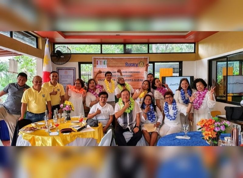 BACOLOD. Centralians and guests go 'wacky.' (Seated L-R) District Secretary Carlo de la Cruz, District Governor Louie Gonzaga, Bacolod Central President Agnes Glia Mabag and Assistant Governor Toks Lopez. (Standing L-R) Lito Sion, Zaldy Geroy, Rael Lopez, Rose Depra, Maté Espina, Paul Parrocho, Robert Aguillon, May Castro, Rolem Basiya, Sharon Parrocho, Lulu Abelido and Julie Ann Carbon.
