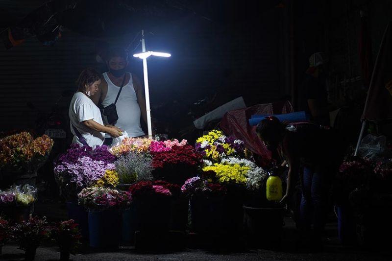 DAVAO. Gisugaan sa tindera ang ilang mga baligyang bulak sa Bankerohan  Public Market sa Davao City kay nagabhian siya aron daling makita sa mga mamalitay. Tungod sa pandemic, nagkahinay ang baligya sa mga bulakan sa palengke kung gabii tungod sa curfew. (Hulagway ni Macky Lim)