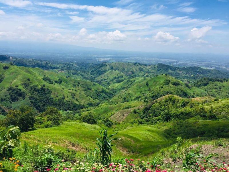 DAVAO. Usa sa mga nindot nga talan-awon ug suroyanan sa Matanao, Davao del Sur mao ang Mountain Top sa Barangay Asbang diin makita ang kabukiran. Apan nagpahimangno ang lokal nga panggamhanan nga dakpon na ang manuroy sa mga tourist destinations subay sa regulasyon sa Covid-19 Task Force. (Orlando B. Dinoy)