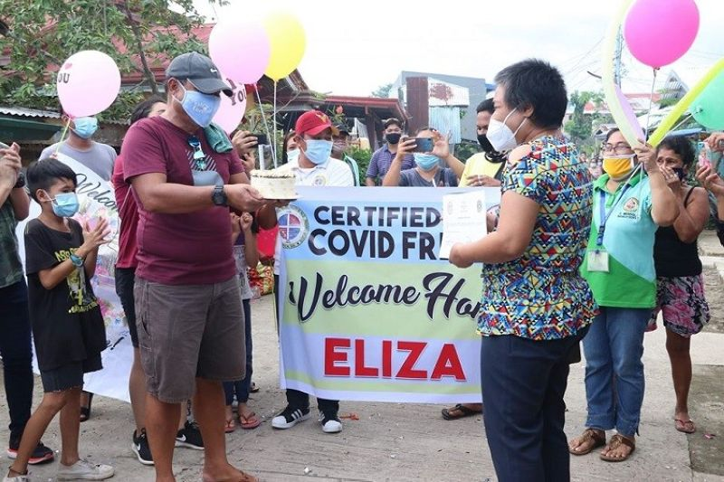 LEYTE. The local government of Palo, Leyte headed by Mayor Ann Petilla welcomes the second recovered Covid-19 patient in the town on July 5, 2020. (Photo courtesy of Mayor Ann Petilla Facebook page)