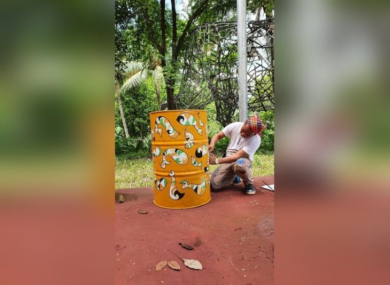 ART SINKS. Artist Rey Mudjahid P. Millan shows how to decorate the painted steel barrels that are to be made into washing stations in public places. (Photo by Dr. Hafid Millan)