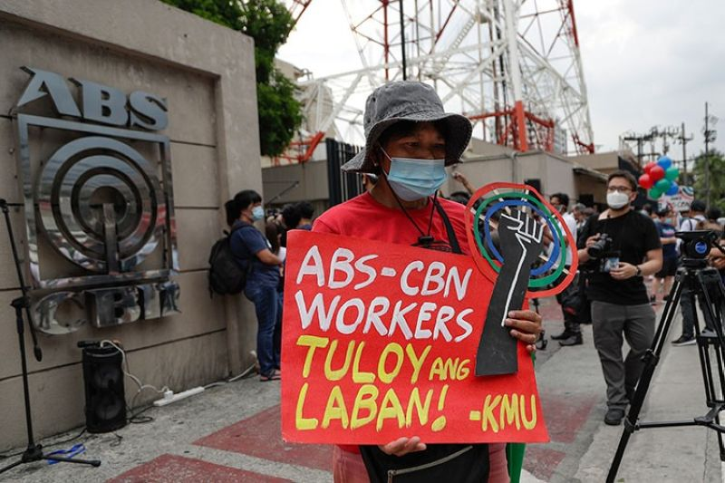 MANILA. A supporter holds a slogan that reads: