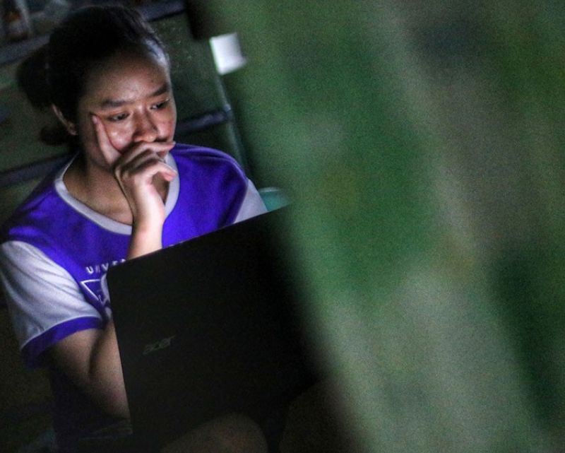 ONLINE MIGRATION. Rose, a second year college information technology student, works on her school projects online on July 20, 2020. More students will be doing their school work online in the school year 2020-2021 as President Rodrigo Duterte has said he will not allow full-on physical classes to take place before a vaccine to address Covid-19 is made available. (Amper Campaña)