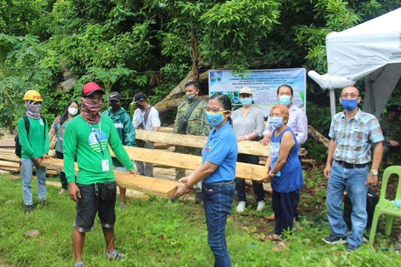 AKLAN. Government officials coming from various agencies symbolically turn over lumber to the 31 Tumandok families during an installation held Tuesday, July 28, 2020, in Boracay. (Jun N. Aguirre)