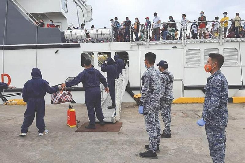 NEW ARRIVALS. Locally stranded individuals (LSIs) from Manila arrive in Cebu City on Tuesday, July 28, 2020, with the assistance of  the Philippine Coast Guard. The LSIs are bound for Bohol Province. (Contributed, PCG)