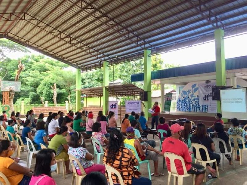 BACOLOD. Some 188 entrepreneurs in Barangay Jonobjonob in Escalante City avail themselves of the services of the Department of Trade and Industry through its Livelihood Seeding Program-Negosyo Serbisyo sa Barangay on August 6, 2020. (Contributed photo)
