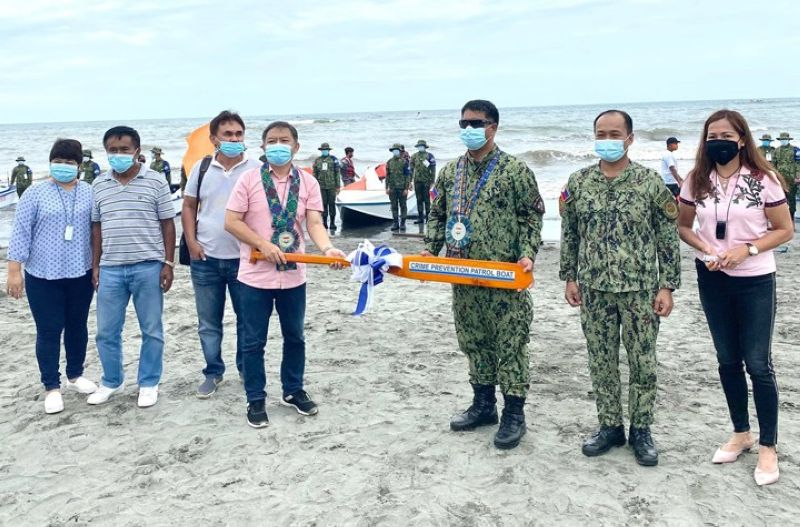 ZAMBOANGA. The Police Regional Office (PRO)-Zamboanga Peninsula launched on Monday, August 10, Task Force Pink Panther to address security threats in coastal areas of the peninsula. A photo handout shows Police Brigadier General Jesus Cambay Jr., PRO-Zamboanga Peninsula director (3rd from right), hands over a paddle to Zamboanga del Sur Governor Victor Yu (4th from left) during the launching of the task force. (SunStar Zamboanga)