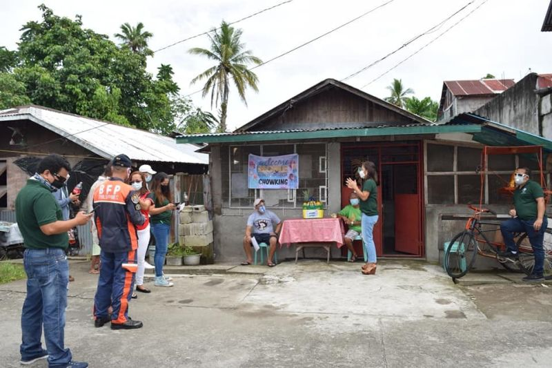LEYTE. Barugo town Mayor Ma. Rosario Avestruz and other municipal workers welcome another resident who fully-recovered from Covid-19 on August 12, 2020. Avestruz maintained that all Covid-19 cases of Barugo are either locally stranded individuals or returning overseas Filipinos, except for the recent case who is a health worker assigned in a nearby town. (Photo courtesy of LGU-Barugo)