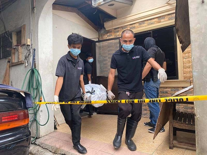 SUSPECT DOWN. The body of Nilo Quirante, 68, is removed after he and a cohort were killed by police who were serving arrest warrants against them at his house in Barangay Tungkil, Minglanilla, Cebu at dawn on Thursday, Aug. 13, 2020. / BENJIE TALISIC