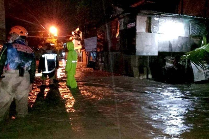 GIBAHA: Daling girespondihan sa disaster team sa Dakbayan sa Mandaue ang baha sa tulo ka mga sityo sa Barangay Paknaan dihang misuyla ang baha sa Butuanon River dihang mibunok ang uwan sa Miyerkules sa gabii, Agusto 19, 2020. (TAMPO NI FELIX SUICO, MANDAUE CDRRMO)