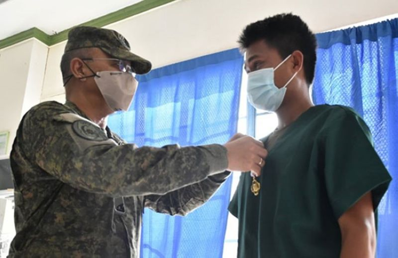 ZAMBOANGA. Major General Corleto Vinluan Jr. visits Sulu Wednesday, August 26, to get information on Monday's bombing incidents that killed 14 people and injured more than 70 others in Jolo. A photo handout shows Vinluan awarding a wounded personnel medal to one of the soldiers, who was wounded during the bombings. (SunStar Zamboanga)