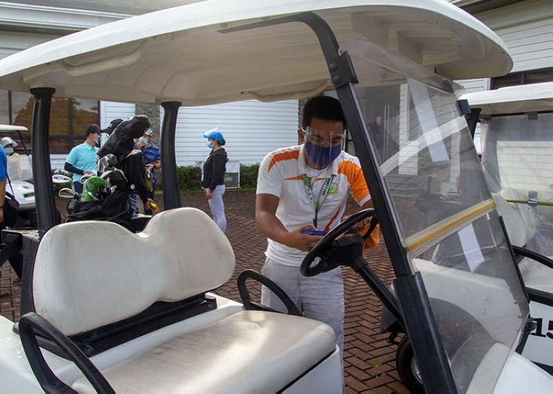 DISINFECT. An golf course worker make sure all golf carts are thoroughly disinfected before and after they are used. (Jean Nicole Cortes)