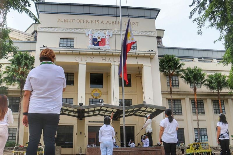 HONORING HEROES. A simple flag raising ceremony is held on National Heroes' Day, Aug. 31, 2020, outside Cebu City Hall. In attendance are representatives of Mayor Edgardo Labella and Vice Mayor Michael Rama and City Hall employees. Labella was at the Cebu City Sports Center for the send-off of police officers from Eastern and Western Visayas. (Amper Campaña)