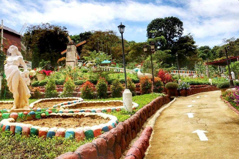 LITTLE AMSTERDAM: Ang Sirao Flower Garden-Little Amsterdam of Cebu sa Barangay Sirao, dakbayan sa Sugbo andam na sa pagbukas og balik diin duna silay mga lagda alang sa health protocol. Makita gani ang mga arrow nga nagtudlo sa mga direksyon. Seguraduha nga kon moadto ka, duna kay gisul-ob nga fame mask. (AMPER CAMPAÑA)