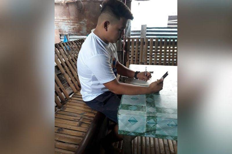 TRAINEE: Si Nikko Duarte, usa ka PBEd trainee sa  Zamboanga City, nigamit sa iyang mobile phone sa pag-download sa pagtuon. (Tampo)