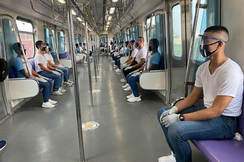 MANILA. At a one-meter distance between passengers, MRT-3 can carry only 153 people per trainset at one time. (File Photo)