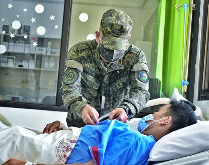 ZAMBOANGA. The Armed Forces of the Philippines confers medal to four soldiers for gallantry in the fight against terrorism. A photo handout shows Major General Corleto Vinluan Jr. pins medal to one of the four wounded soldiers in a ceremony Thursday, September 10, at Camp Navarro General Hospital in Zamboanga City. (SunStar Zamboanga)