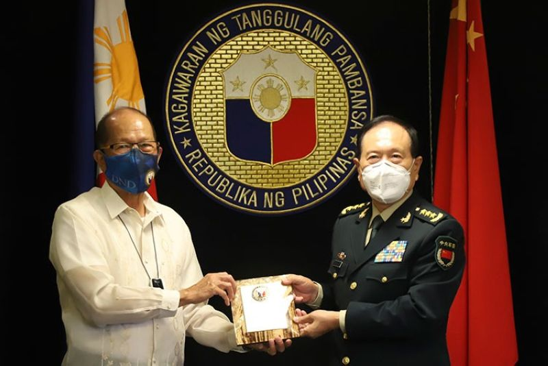 MANILA. In this handout photo provided by the Department of National Defense Public Affairs Office (PAO), Philippine Defense Secretary Delfin Lorenzana (left) exchanges momento with his Chinese counterpart General Wei Fenghe during his visit at the Department of National Defense in Quezon City, Philippines, Friday, September 11, 2020. (AP)