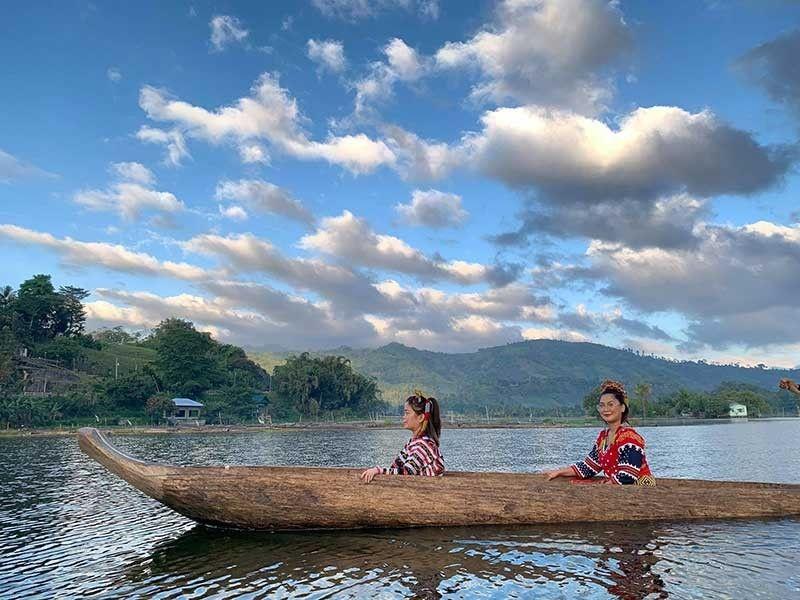 ■ SAKAYAN. Suwayi sab ang pagsakay sa canoe atol sa lotus viewing nga maoy naandan ang sakyan sa maong tribu sukad kaniadto.