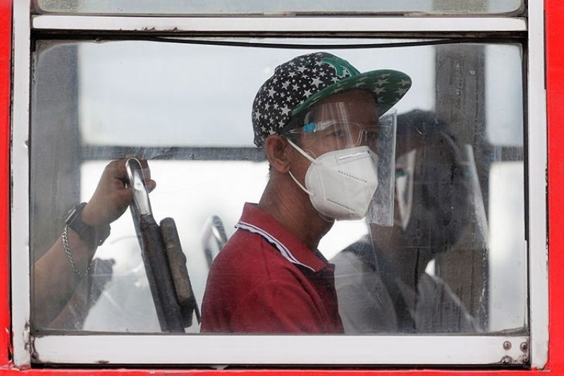 MANILA. Bus passengers are required to wear face masks and face shields to prevent transmission of the coronavirus disease 2019 (Covid-19). (File Photo)