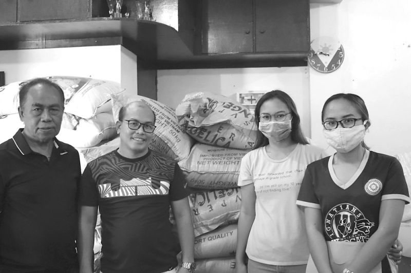 BUGAS, KASANGKAPAN: Gitunol sa mga taga-SEDC ang nga sako sa bugas alang sa mga lumolopyo ug mga gamit alang sa mga frontliners sa mga stakeholder barangays niini sa San Fernando, sama sa (mga hulagway) North Poblacion, Panadyaran, South Poblacion and Toonggo. (Tampo)