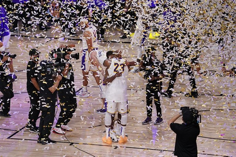 The Los Angeles Lakers players celebrate after the Lakers defeated the Miami Heat 106-93 in Game 6 of basketball's NBA Finals Sunday, Oct. 11, 2020, in Lake Buena Vista, Fla. (AP Photo)