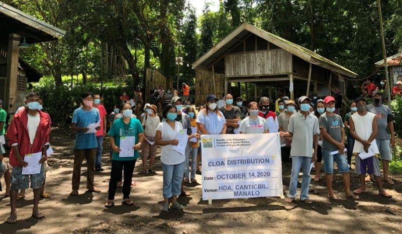 BACOLOD. La Castellana Mayor Rhumyla Nicor-Manguilimutan with DAR-Negros Occidental II personnel and farmer-beneficiaries during the distribution of certificates of land ownership award in Barangay Robles in southern Negros Occidental locality. (Contributed Photo)