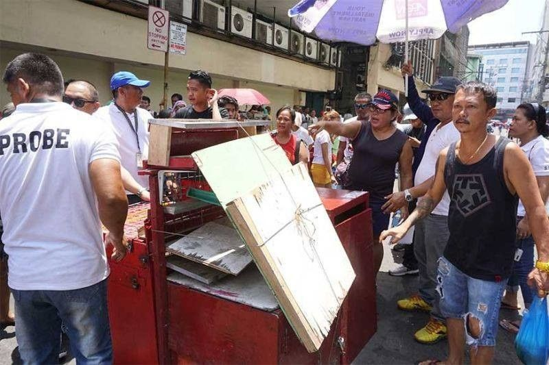 CLEARING SIDEWALKS. In this photo taken in September 2019, members of the Cebu City Prevention, Restoration, Order, Beautification and Enhancement (Probe) team facilitate the transfer of 250 sidewalk vendors from Osmeña Blvd. (File)