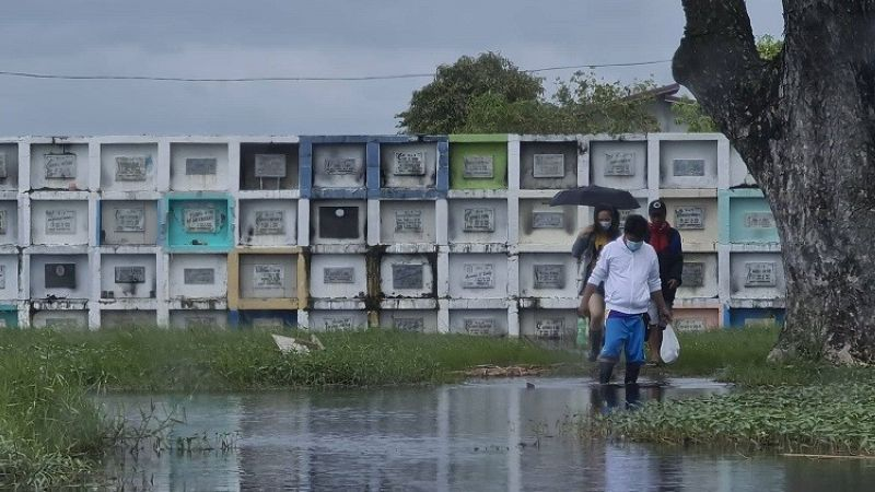 FLOODED TOMBS. Apalitenos brave the flood caused by Typhoon Quinta to visit their dearly departed relatives at the San Pedro Memorial Park in Apalit, Pampanga. Cemeteries and memorial parks both public and private are closed from October 28 to November 3 in the province of Pampanga. (Photo by Chris Navarro)