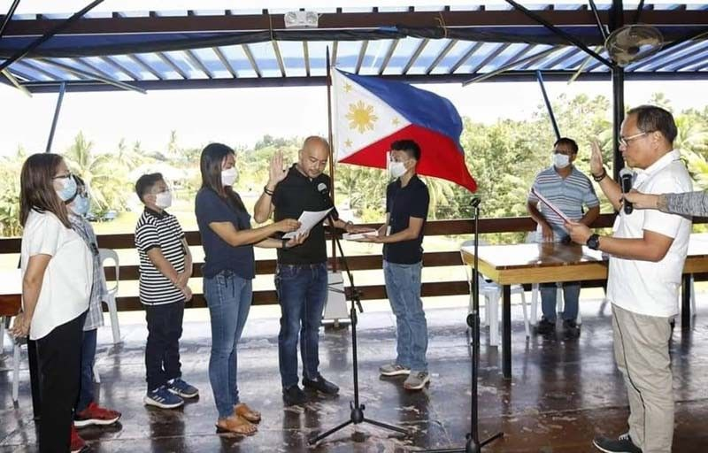 """YOUNG BLOOD. The 39-year-old son of late Barili mayor Marlon Garcia, Pablo John """"John-John"""" Garcia IV (center), takes his oath of office as the new member of Barili Municipal Council before his namesake and uncle, Cebu Third District Rep. Pablo John Garcia (rightmost) on Friday, Oct. 31, 2020. / CONTRIBUTED, CAPITOL PIO"""