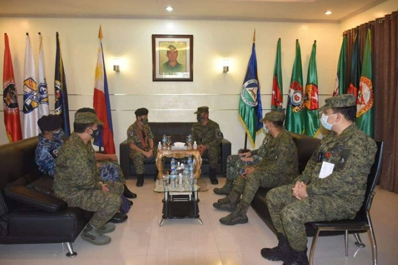 ZAMBOANGA. Major General Dato' Hj Muhammad Anwar of the Royal Malaysian Armed Forces, head of the International Monitoring Team-15, vows to support the peace efforts of the Armed Forces of the Philippines. A photo handout shows Lieutenant General Corleto Vinluan, Jr. (middle, right), commander of the Western Mindanao Command, conferring with Anwar (middle, left) during his visit Friday, October 30, at the Westmincom headquarters. (SunStar Zamboanga)