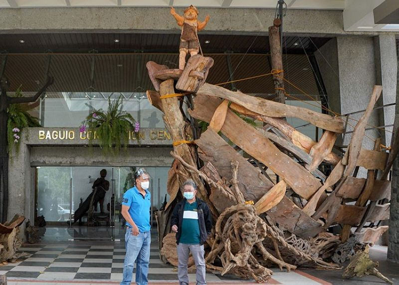 CENTERPIECE. National artist Kidlat Tahimik's art piece is displayed at the entrance of Baguio Convention Center as the creative sector pushed through with the 3rd Ibag-iw Art Festival. (Jean Nicole Cortes)