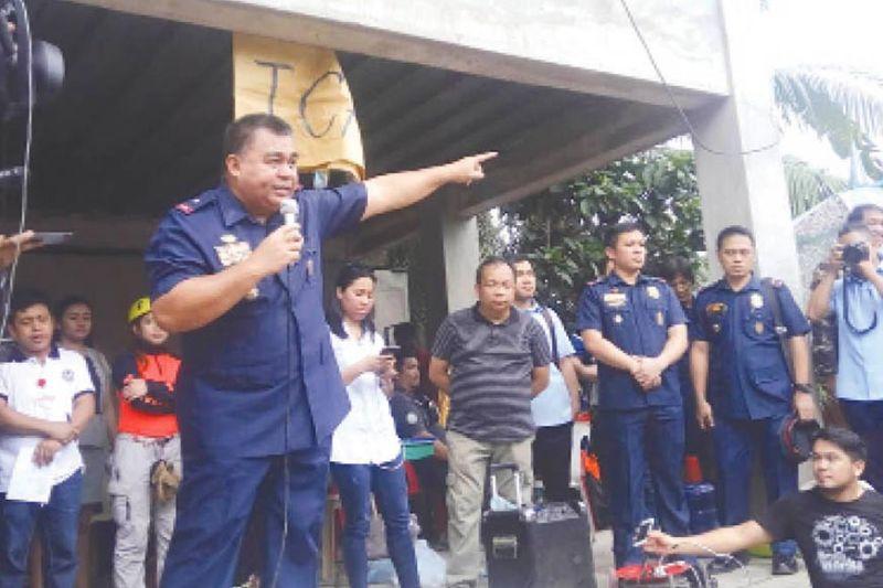 LANDSLIDE: Si Police Chief Debold Sinas (gatudlo) mipahibawo sa mga residente sa Dakbayan sa Naga, human sa usa ka landslide, dihang siya pa ang nangulo sa Police Regional Office (PRO 7). Sugod sa Nobiyembre 10, siya na ang pangu sa Philippine National Police (PNP) sa tibuok nasod. (File)