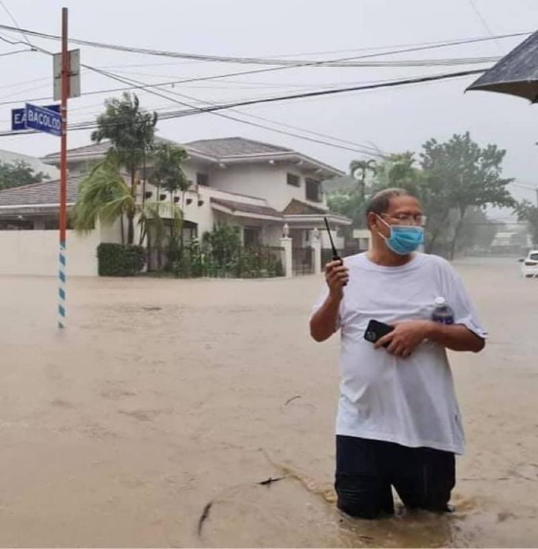 MANILA. Marikina City Mayor Marcelino Teodoro wades in thigh-deep floodwaters to coordinate rescue operations on November 12, 2020. (Marikina PIO)