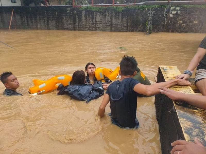MANILA. Coast Guard personnel rescue three men and seven women, including a pregnant woman, in Barangay Barangka, Marikina City, on November 12, 2020. (PCG Photo)