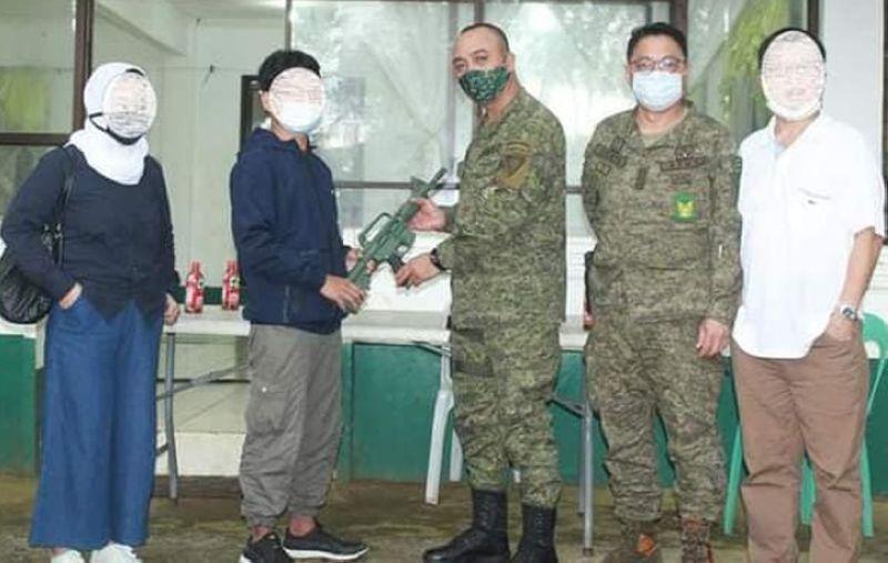 ZAMBOANGA. A teenage member of the ISIS-inspired Dawlah Islamiyah identified as Faharuden Hadji Sapilin alias Abu Abbas, 19, (2nd from left) surrenders Thursday, November 12, to the 5th Infantry Battalion (IB) in Marawi City, Lanao del Sur. A photo handout shows Sapilin hands over a homemade AR-15 rifle to Lieutenant Colonel Romulus Rabara, commander of the 5IB. (SunStar Zamboanga)