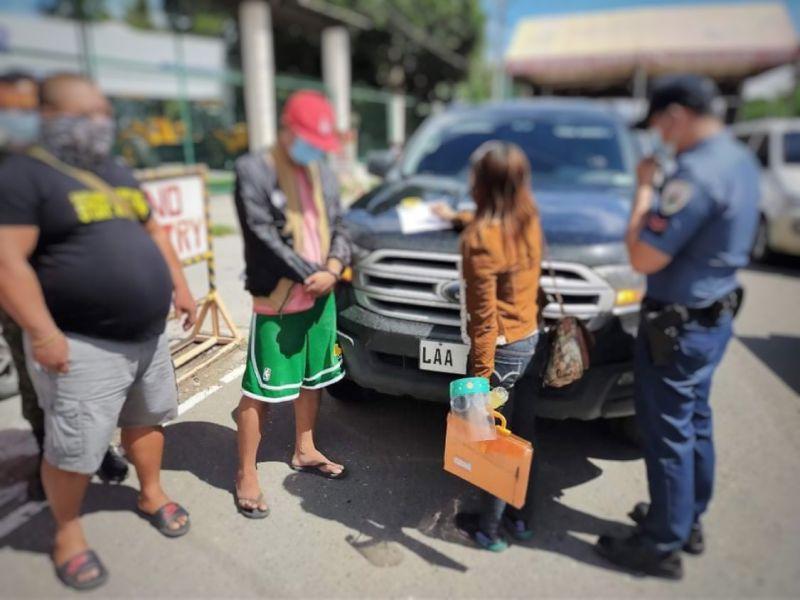 TAGUM. Minghoy kining usa ka Barangay Kagawad sa Tagum City human nasikop sa kapulisan kay naay shabu sulod sa sakyanan. (Bunawan Police Station)