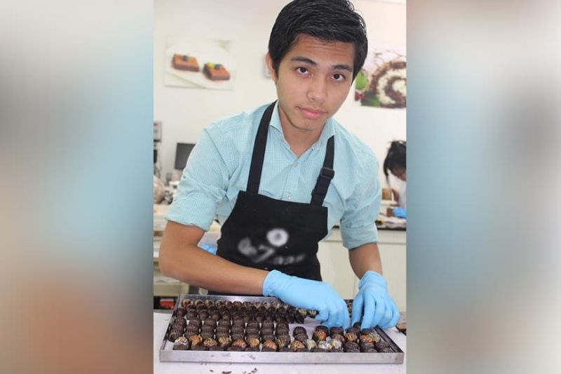 THE CHAMBER KEEPER. Jonathan Choa at work with a trayful of choco bonbons of all shapes and sizes.