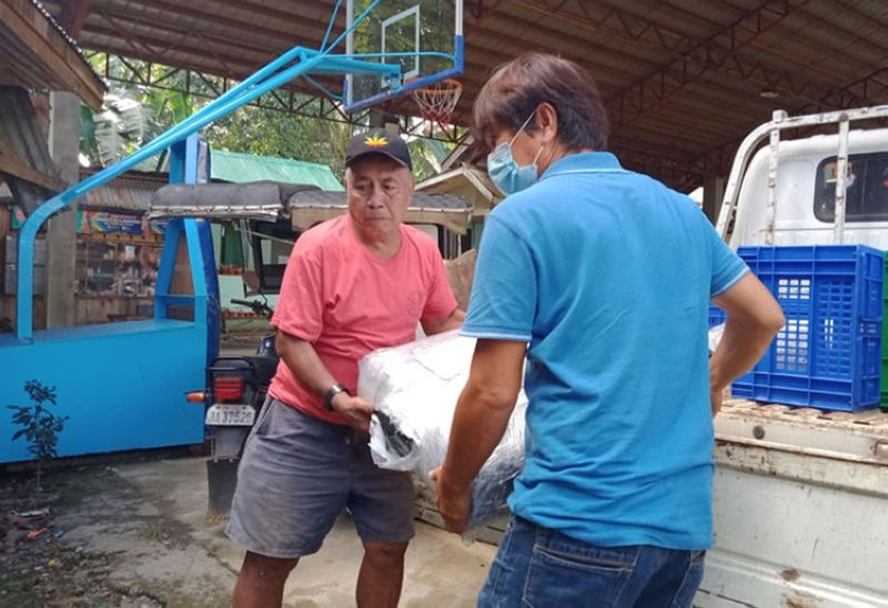 ZAMBOANGA. The Department of Agriculture, through the Special Area for Agricultural Development, provides farm inputs to associations of farmers in the provinces of Zamboanga del Norte and Sulu. A photo handout shows a farmer, assisted by a DA personnel, unloads from a vehicle a collapsible dryer in Dapitan City. (SunStar Zamboanga)