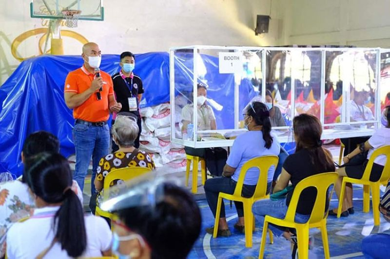 GRANT. Mabalacat Mayor Cris Garbo discusses the Women Empowerment through Livelihood Entrepreneurship Advancement Program (We Leap) livelihood project of the city during the distribution of assistance on Thursday, November 19, 2020. (Mabalacat CIO)