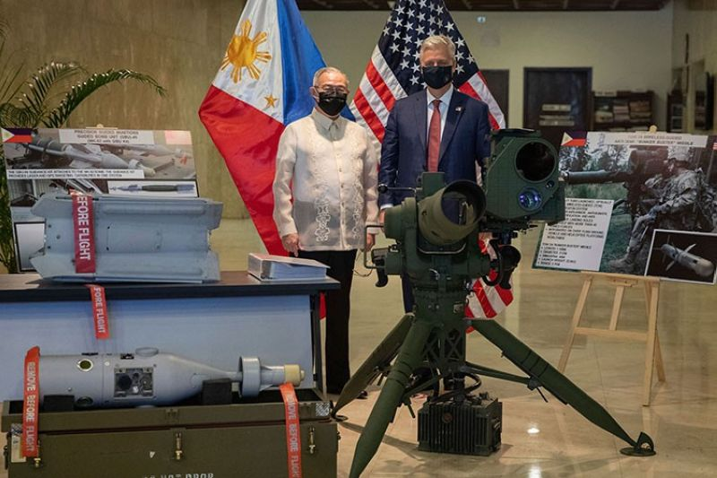 MANILA. US National Security Advisor Robert Robert O'Brien (right) and Philippines' Secretary of Foreign Affairs Teodoro Locsin Jr. pose in between precision-guided ammunition and other defense articles during a  turnover ceremony at the Department of Foreign Affairs in Pasay City, Philippines Monday, November 23, 2020. (AP)