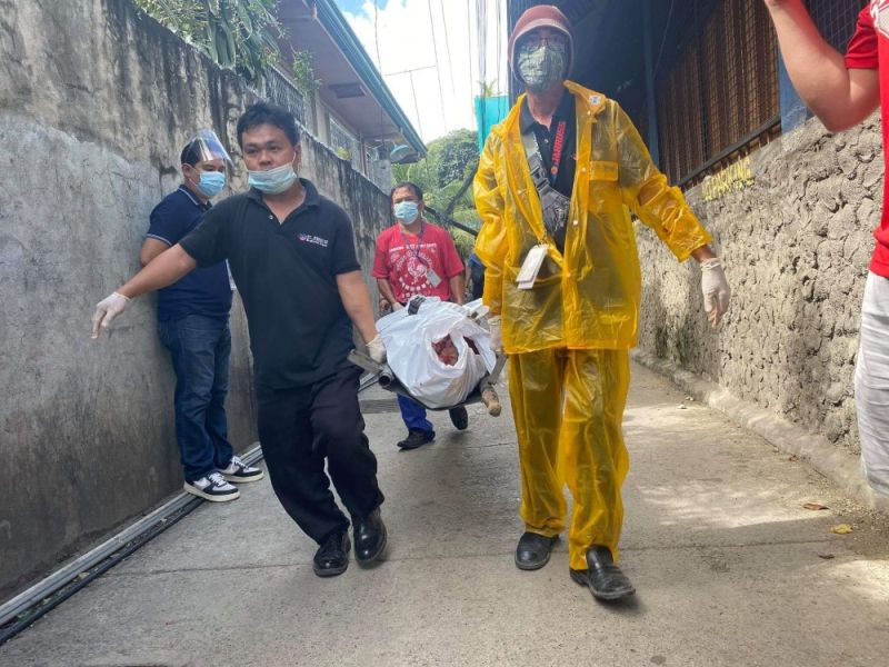 MURDER STREET. Funeral parlor workers carry the body of Kinasang-an, Cebu City Barangay Councilor Ponciano Villamil, who was shot to death by a lone gunman along a narrow street in the barangay on Monday, Nov. 30, 2020.  / BENJIE TALISIC
