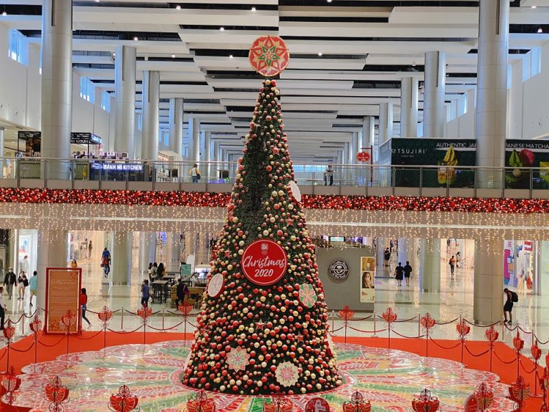 STILL STANDING. SM City Clark's 32-feet Christmas tree display still stands after catching fire on Tuesday morning, December 2. The fire was immediately put out and repairs are ongoing. (Charlene A. Cayabyab)