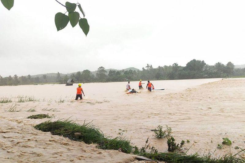 BAHA. Ingon niini kadako ang baha sa Barangay Lunas, lungsod sa Asturias, Sugbo atol sa bunok sa uwan sa Miyerkules, Disyembre 2, 2020. Ang lungsod usa sa mga apektadong dapit sa lalawigan sa Sugbo.  (TAMPO NI EUJIEL CAPUYAN LUCMAYON)
