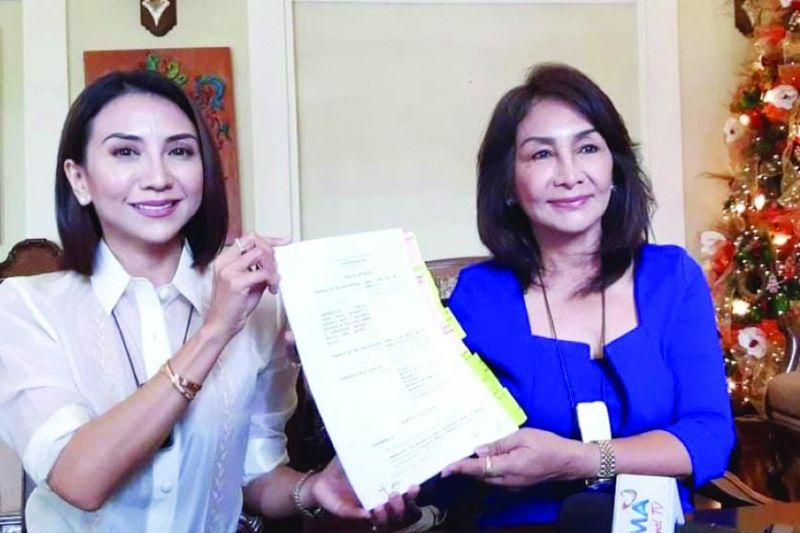 CLEARED. Cebu Gov. Gwendolyn Garcia (right) and daughter Liloan Mayor Ma. Esperanza Christina Frasco show a copy of the Sandiganbayan decision dismissing the graft charges against the governor, and five other former and incumbent officials. (ARVIE VELOSO)